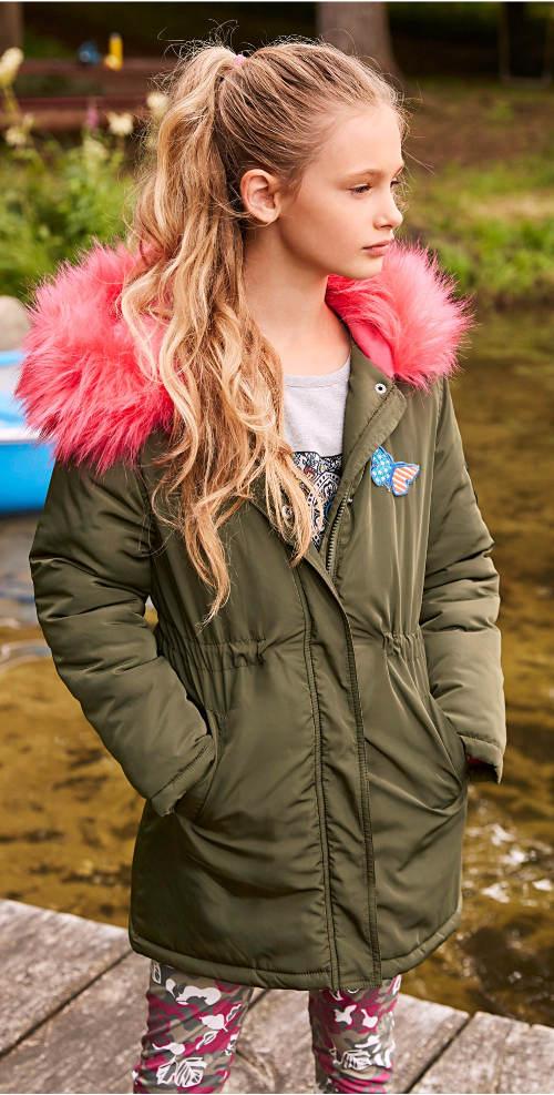 Dívčí parka s kožešinou a kapucí
