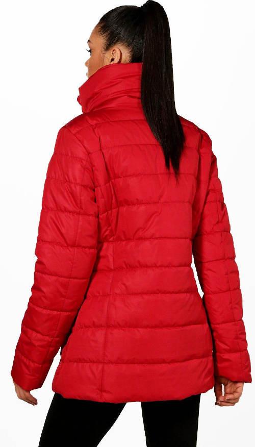 Červená bunda s vysokým límcem