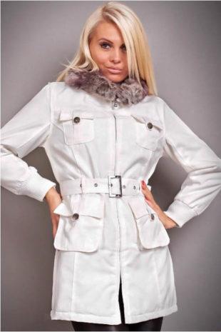 Stylový krémově bílý dámský kabát se zapínáním na zip