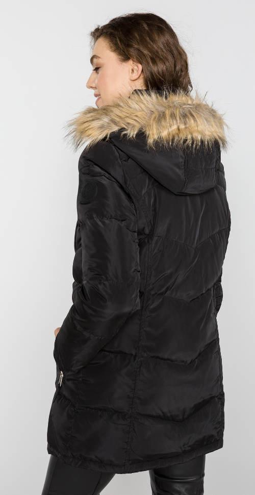 Dlouhá černá bunda s kapucí