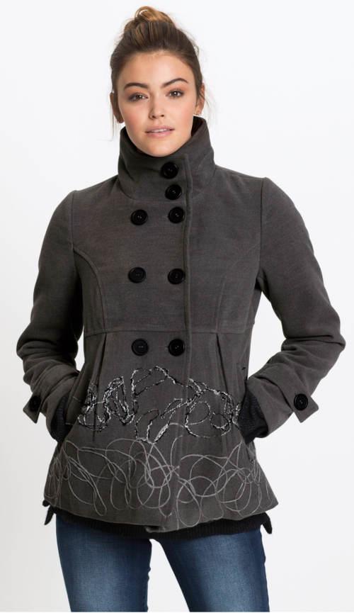Krátký dámský zimní kabát s velkým klopovým límcem
