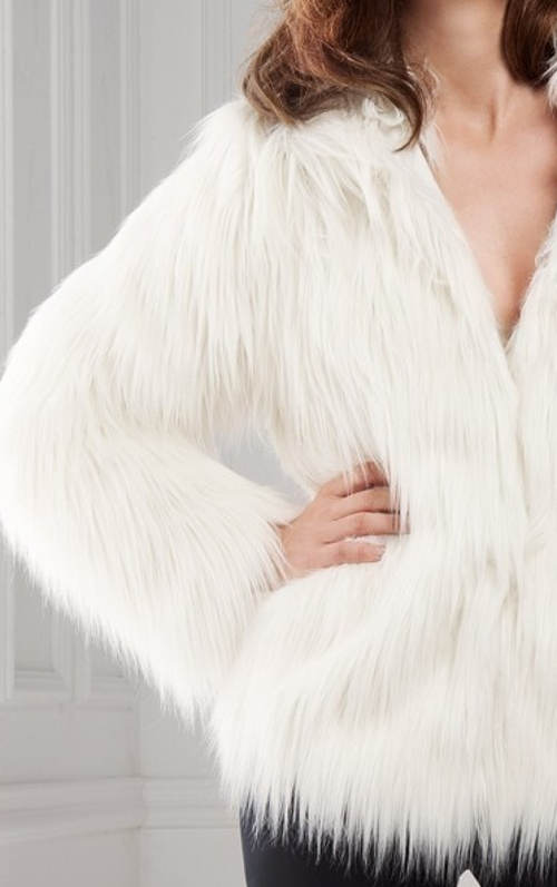 Netradiční bílá chlupatá bunda