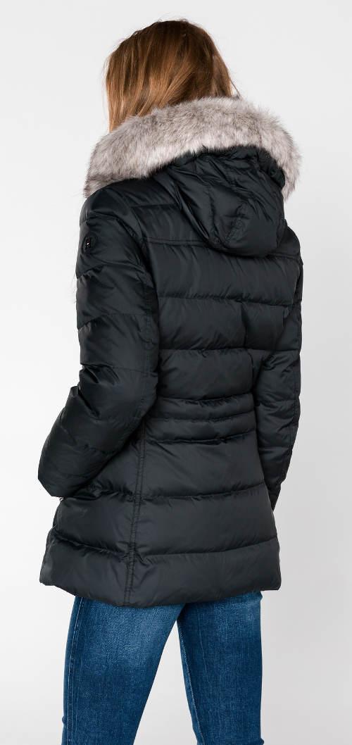Prošívaná zimní černá bunda s kožešinovým límcem