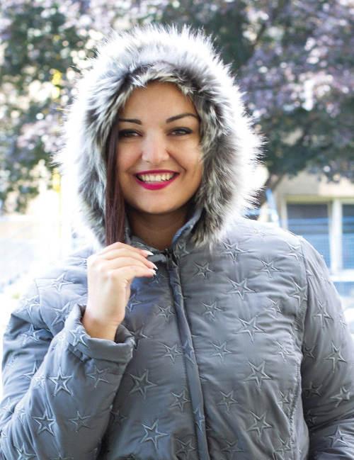 Šedá zimní bunda pro baculky