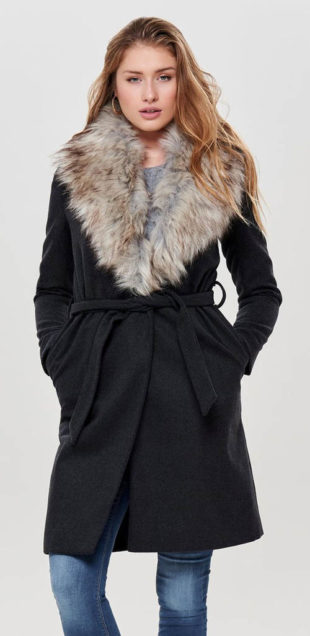 Tmavě šedý dámský žíhaný kabát s velkým kožešinovým límcem