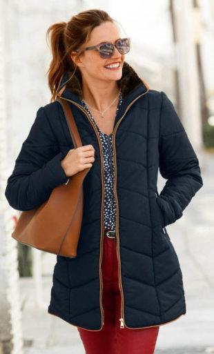 Dlouhá tmavě modrá bunda s aspektem kožešiny