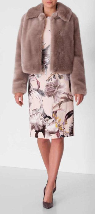 Dámský kabát kratšího střihu z umělé kožešiny ve světle béžové barvě