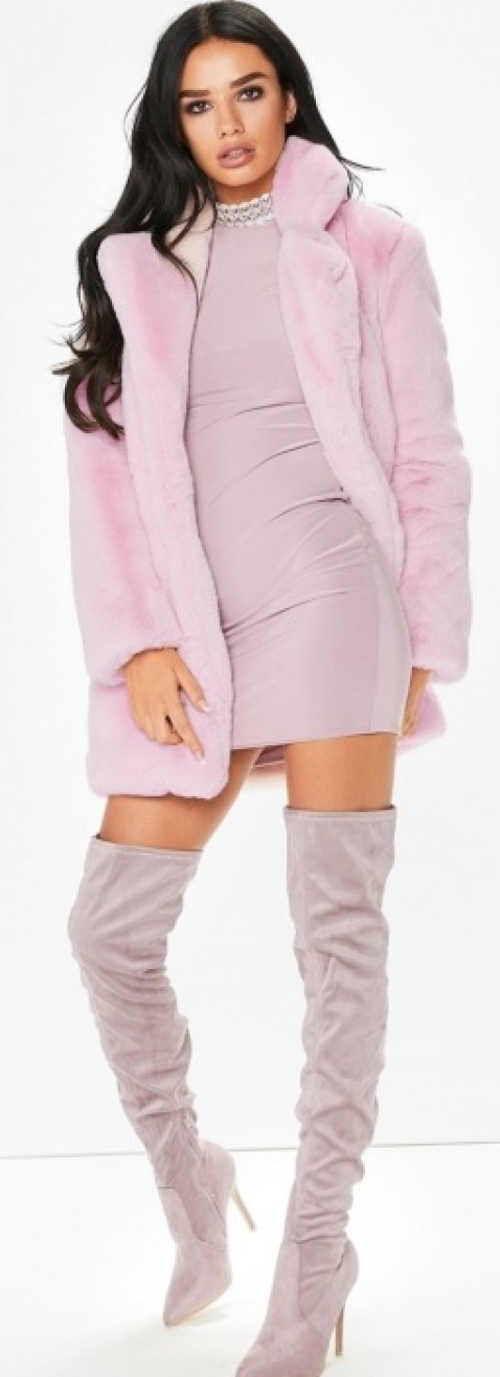 Krátký kabát k mini šatům a vysokým kozačkám