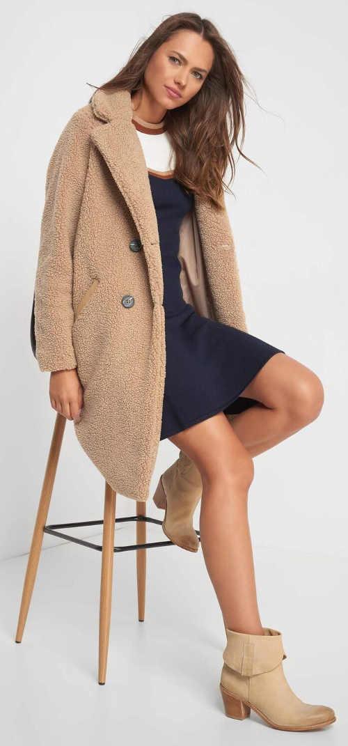 Béžový dámský zimní kabát s klasickým límcem