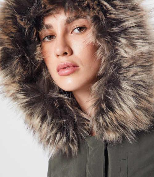 Lehká zimní parka s velkou podšitou kapucí