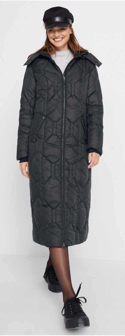 Dlouhý černý dámský kabát s diamantovým prošitím