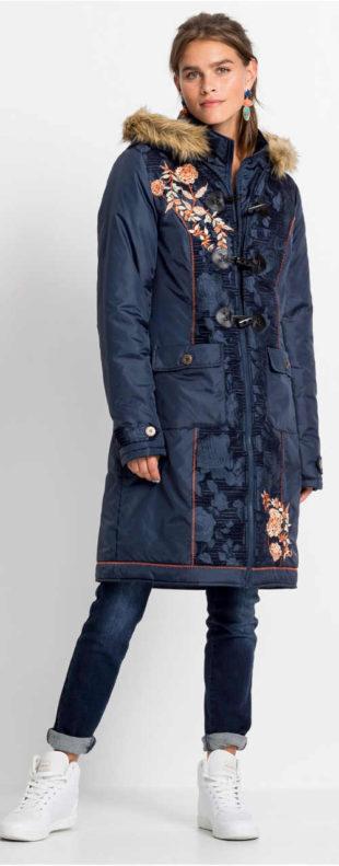 Dlouhý modrý zimní kabát s výšivkou a kapucí