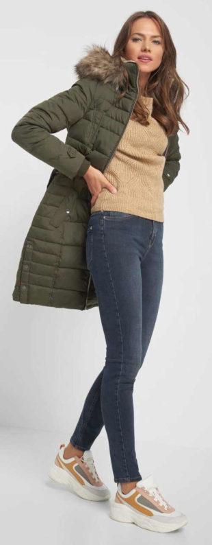 Péřová bunda s kapucí a páskem