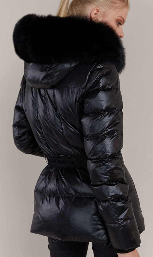 Prodloužená černá dámská zimní bunda s velkým kožíškem