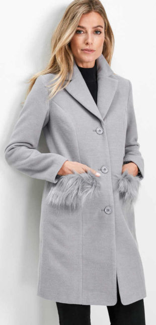 Blejzrový kabát s kožešinou na kapsách