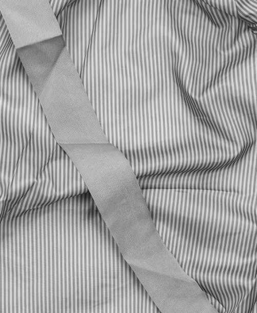 Pruhovaná vnitřní podšívka šedé dámské zimní bundy