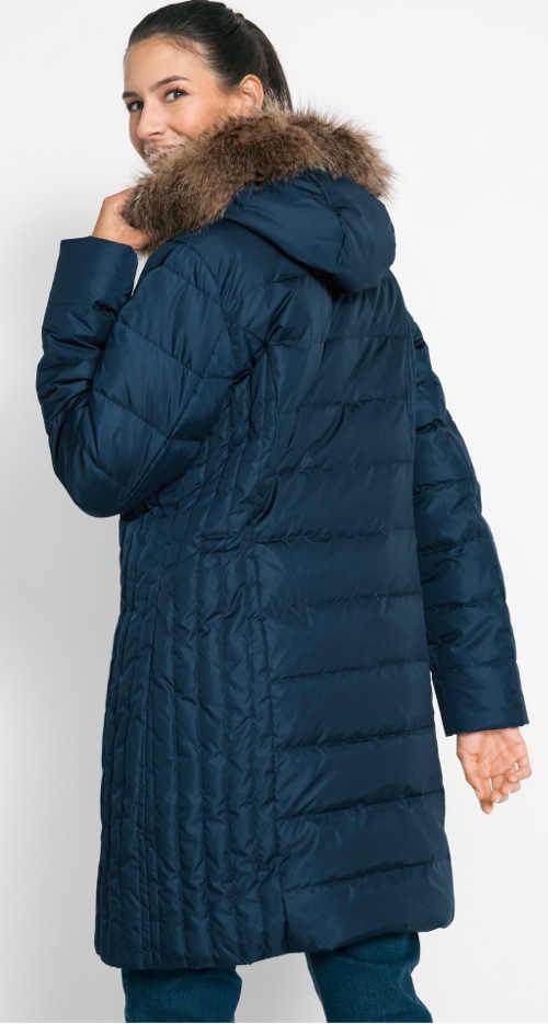 Dlouhá modrá péřová prošívaná zimní bunda s kožíškem