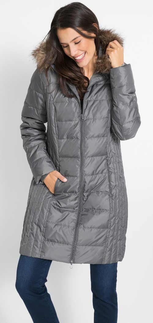 Dlouhý šedý prošívaný dámský zimní kabát s kožešinou na kapuci