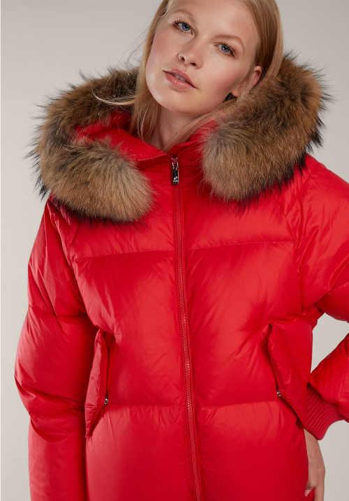 Červená dámská zimní bunda s kožešinou z mývalovce