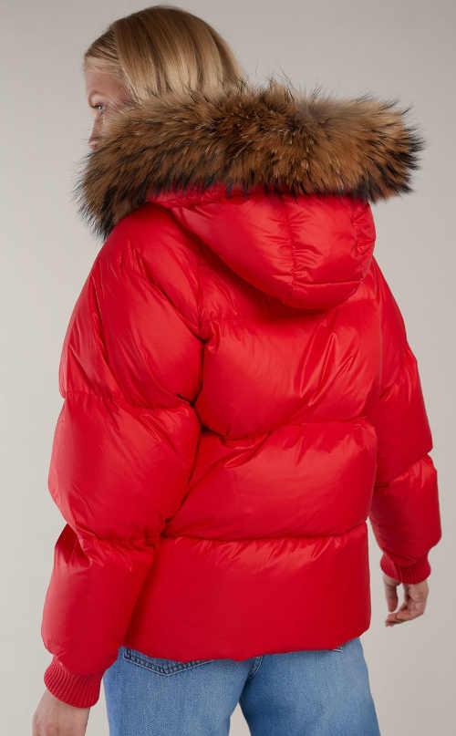 Červená prošívaná zimní bunda s přírodní kožešinou