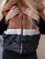 Krátký vícebarevný pruhovaný dámský zimní kabát z umělé kožešiny