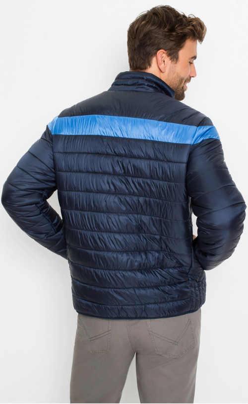 Modrá zimní bunda se světlejším pruhem přes ramena