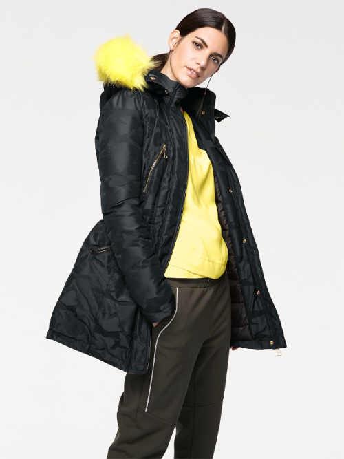 Dámská zimní bunda v kontrastním provedení černé se žlutou kožešinou