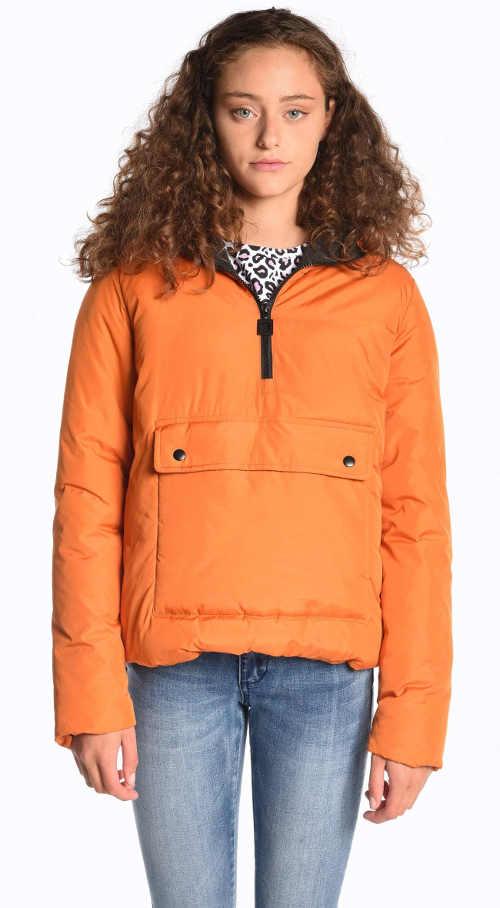 Vatovaný typ bundy v oranžovém či hnědém barevném provedení