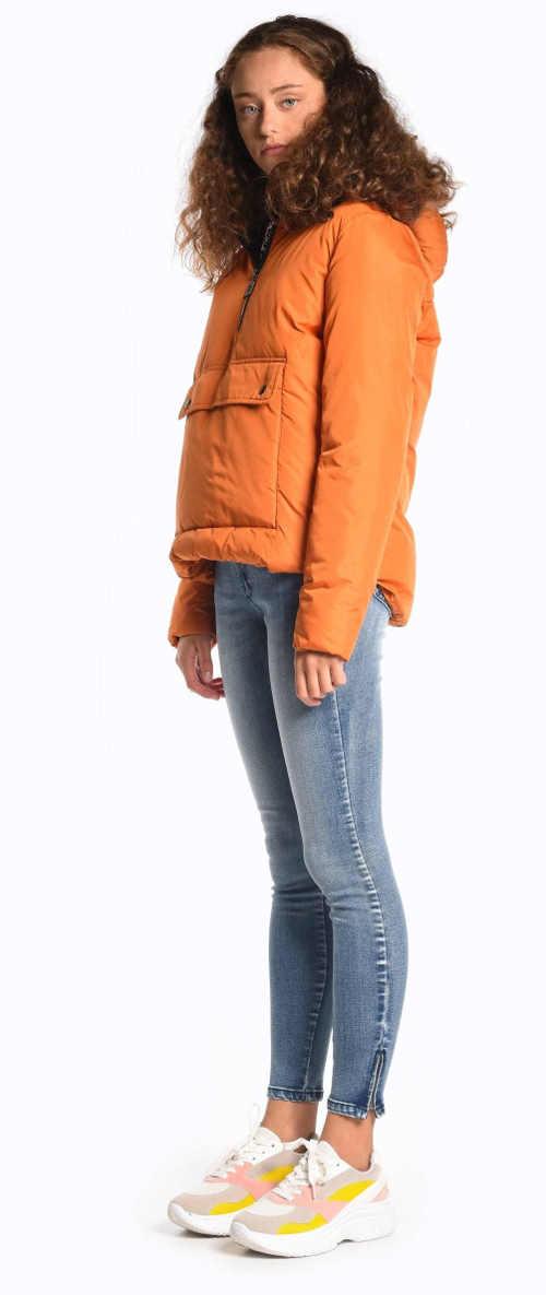 moderní typ bundy v oranžovém či hnědém provedení