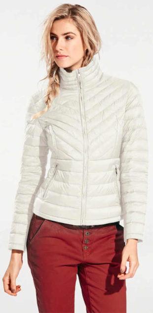 Světlá prošívaná zimní bunda se stojáčkem a délkou do pasu