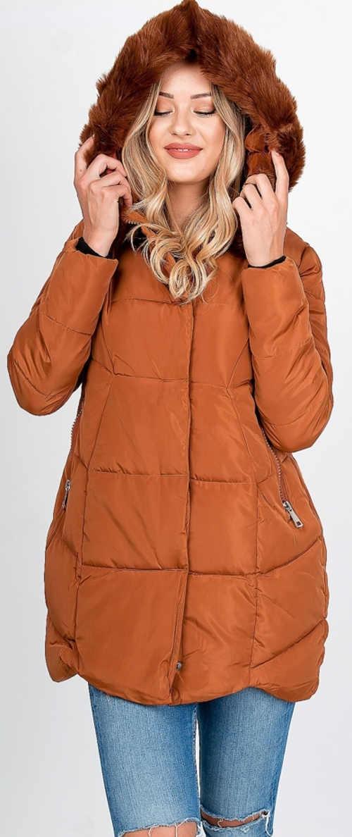 Světle hnědá prošívaná dámská zimní bunda s kožíškem na kapuci