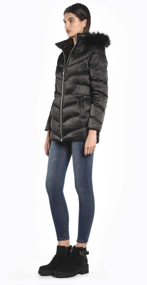 praktická delší bunda s kapucí a umělou kožešinou