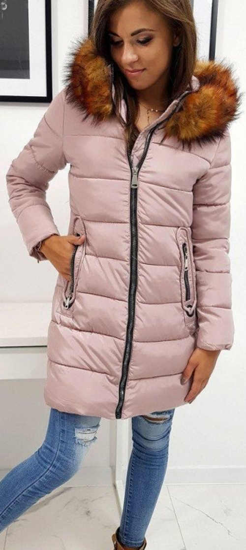Dlouhá světle růžová prošívaná dámská zimní bunda s kožíškem