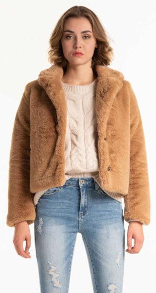Krátký béžový dámský kabát z umělé kožešiny