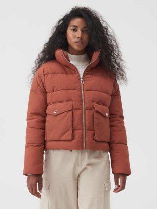 Prošívaná dámská bunda ve zkráceném střihu s vysokým stojáčkem