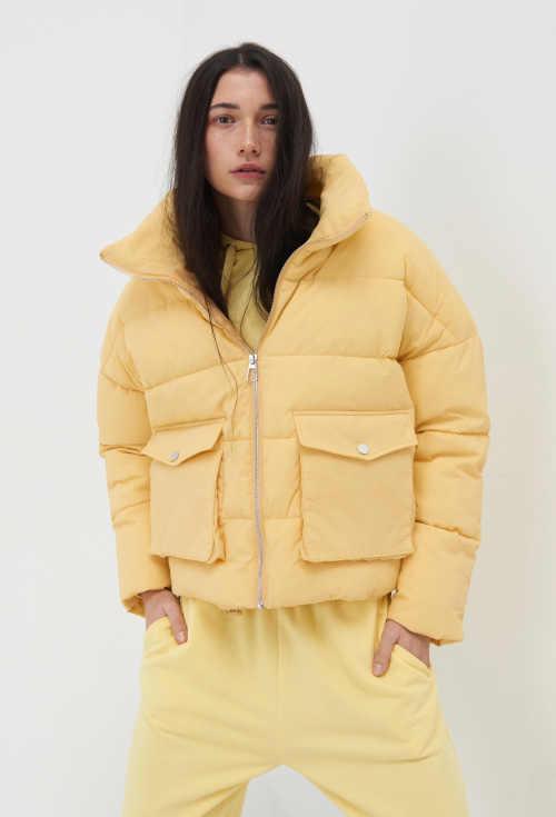 Světle žlutá stylová bunda s výplní ve zkrácené délce