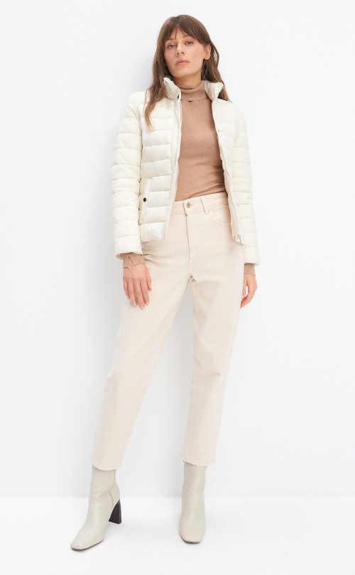 bílá bunda s kapsami na patent