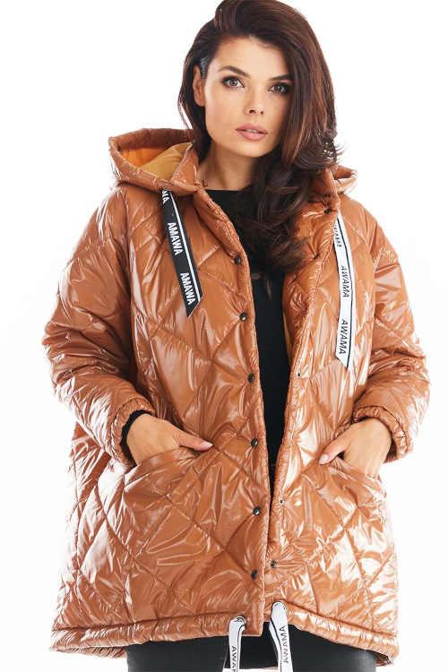 Světle hnědá módní prošívaná bunda v lesklém provedení