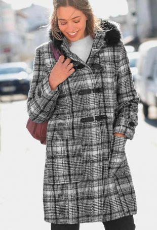 Dámský kabát s kapucí v nadčasovém kostkovaném vzoru